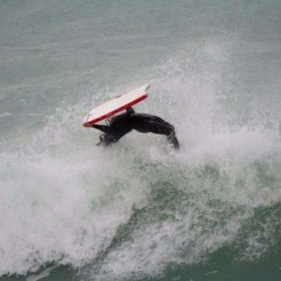 Saut dans les vagues en bodyboard