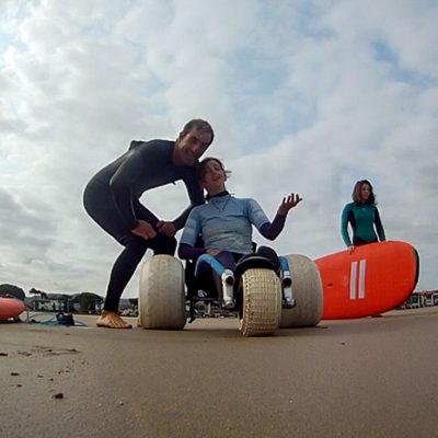 Aquality propose des cours de surf adaptés