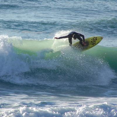 Un surfeur sur les vagues du Pays Basque à Bidart